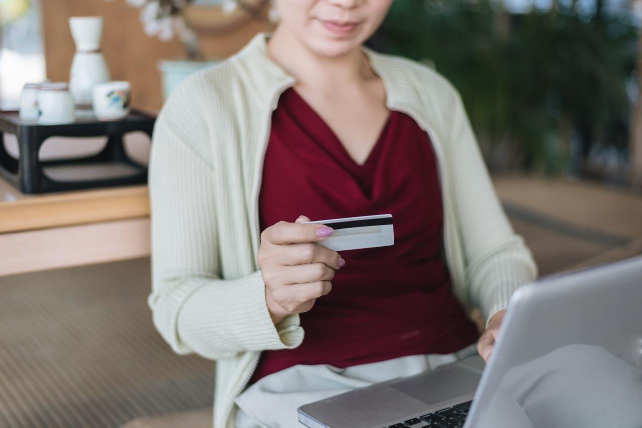 internetten e ticaret sitesinden kredi kartı ile alışveriş yapan kadın
